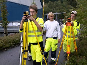 Bilete syner elevar ved Bygg- og anleggsteknikk i aksjon med bruk av oppmålingsutstyr
