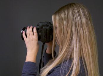 Bilete syner ein elev ved Medium og kommunikasjon som fotograferer