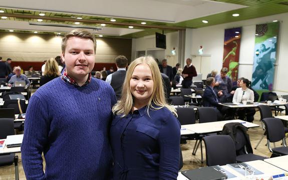 Foto som syner leiar og nestleiar i ungdomspolitisk utval, Emma Berge Ness og Rune Holsen Nygård, då dei møtte fylkestinget på Scandic Sunnfjord Hotel i Førde 18. oktober 2016.
