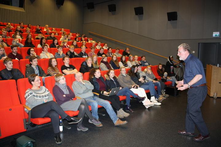 Steinfeld foran elevar og lærarar i Kinosalen