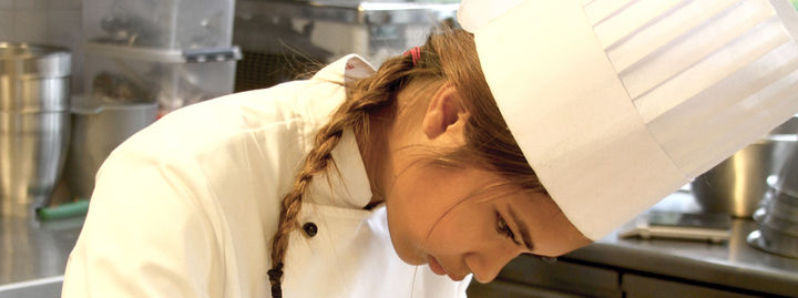 Elev i arbeid på kjøkken
