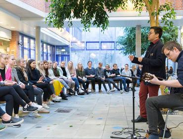 Elevar med musikals innslag under juleavslutninga ved Hafstad vgs desember 2016
