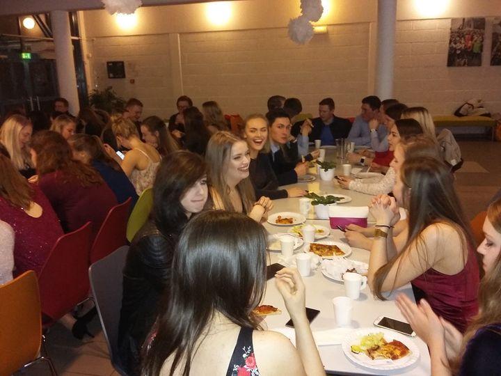 God deltaking av festpynta elevar