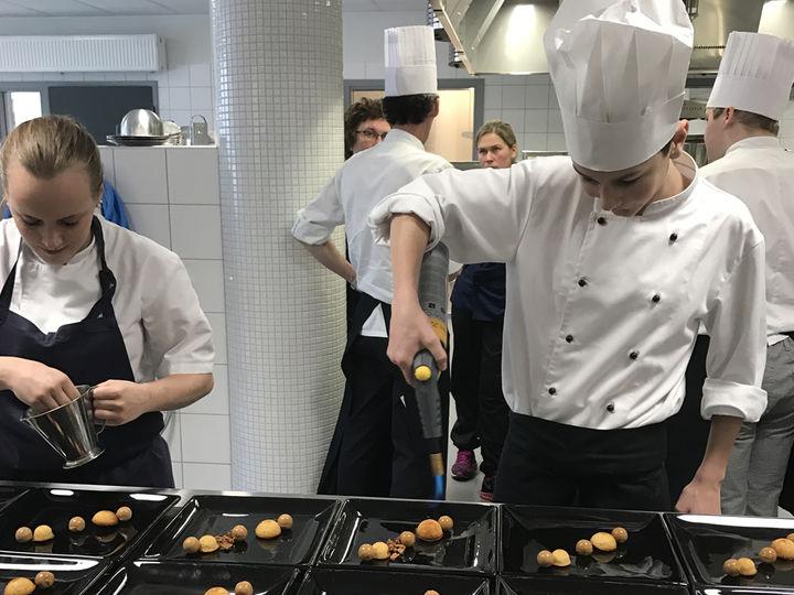Bilete syner Tonje Torvanger og Olav Mjell Hofsvik i arbeid på kjøkkenet