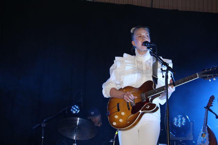 Thea Hjelmeland på scena i Fjalerhallen. (Foto: Rune Dale)
