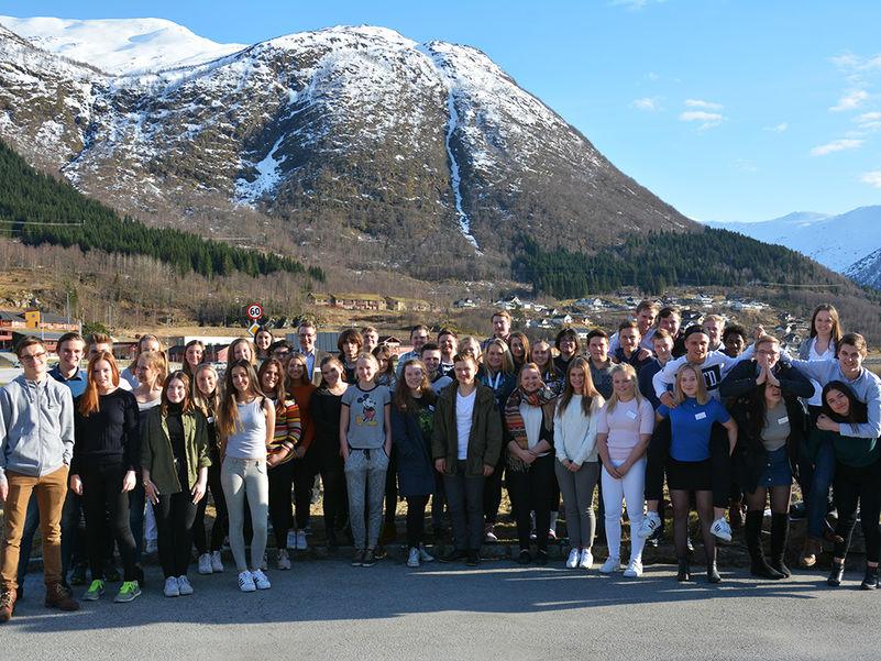 Fellesbilde av deltakarar på fylkesting for ungdom 2016, teke utanfor Thon Hotel Jølster på Skei.
