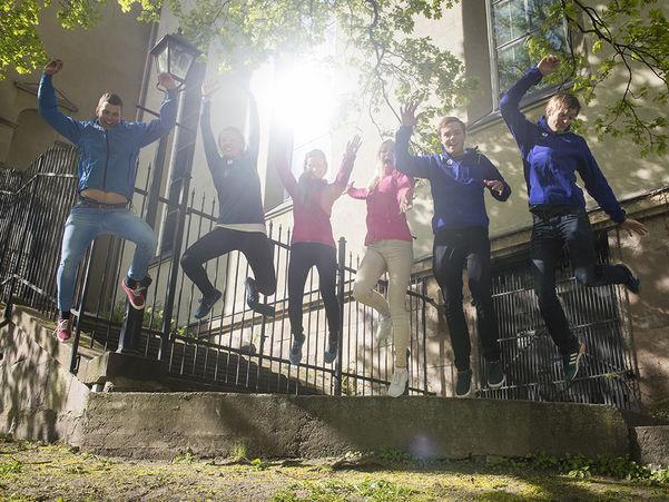 Elevar som hoppar
