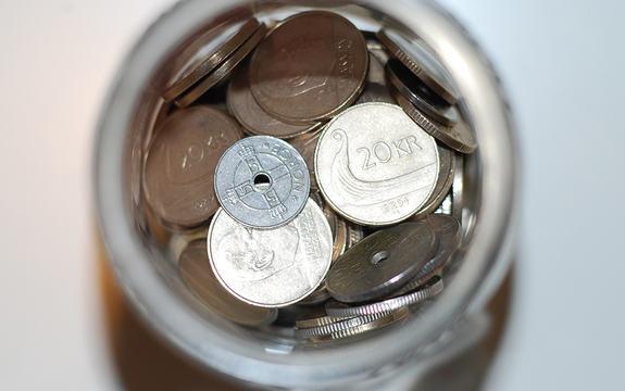 Nærbilde av eit myntar med pengar sett ovanfrå.