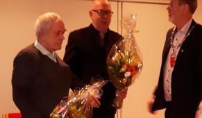 Terje Myrvang (t.v.) og Bernard Krokås(i.m.) har fått blomar av ordføraren