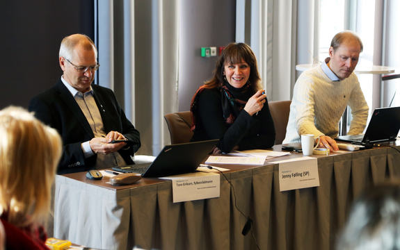 dirigentbordet i møte i Vestlandsrådet, frå venstre ser vi fylkesrådmann i Sogn og Fjordane fylkeskommune Tore Eriksen, fylkesordførar Jenny Følling og rådssekretær Ole Inge Gjerald.