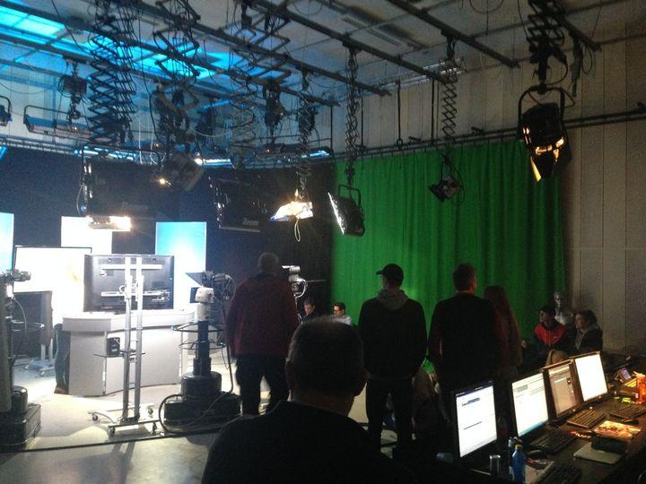 Bildet viser eit tv-studio på Høgskolen i Volda