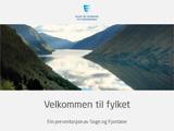 Foto som syner framsida av power point-malen til fylkeskommunen. Det er lys bakgrunn, fylkeslogoen står øvst på sida, så er det eit bilete frå Fjærlandsfjorden, og under biletet står det Velkommen til fylket.