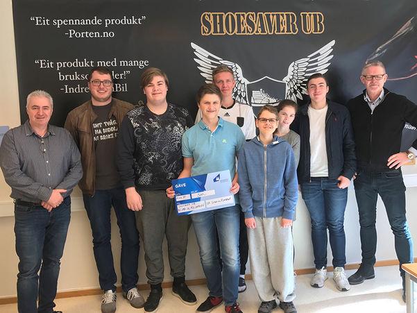 Foto som syner ungdomsbedrifta ShoeSaver UB då dei fekk klima- og miljøprisen til fylkeskommunen og Ungt Entreprenørskap i 2017.
