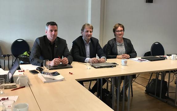 Foto som syner Svenn Egil Finden og Helge Eidsnes i vegvesenet saman med fylkesdirektør for samferdsle, Dina Lefdal. Dei tre sit ved eit bord.