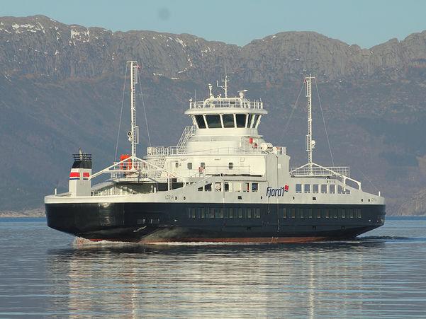 Foto av ferja MF Losna teke på ein finvêrsdagen. Ferja ligg ute på fjorden.