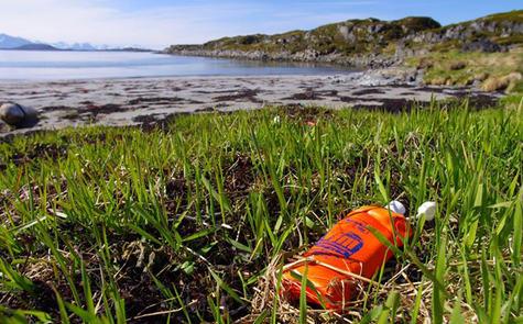 Strand med plastflaske, illustrasjon til NGIR sin plastryddeaksjon