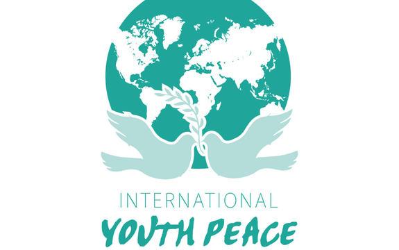 Logoen til International Youth Peace Conference. Det er grøn skrift på kvit bakgrunn og ein illustrasjon av jordkloden.