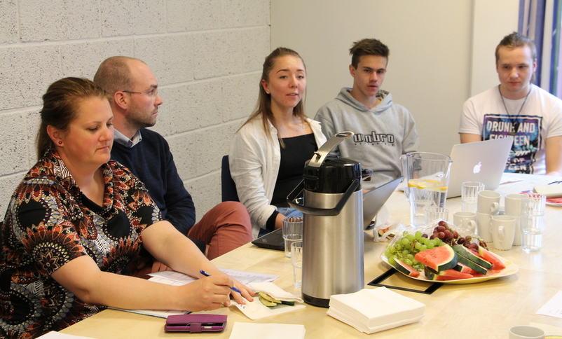 Mari, Yngve og Adrian frå elevrådet møtte m.a. utvalsleiar Karianne Torvanger og assisterande fylkesdirektør Tor-Einar Skinlo.