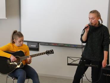 Andrea S. Vold (gitar) og Astrid Ø. Follevåg (song).