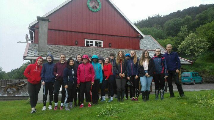 Biologiklassen på ekskursjon på Norsk Hjortesenter på Svanøya