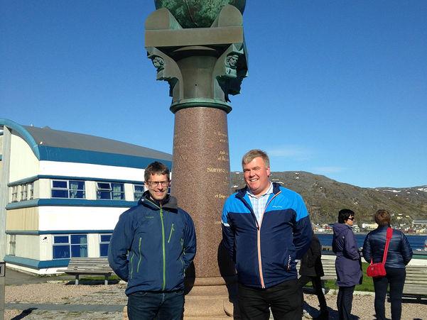 Foto av ordførar i Luster, Ivar Kvalen og ordførar i Voss, Hans-Erik Ringkjøb ved Meridianstøtta i Hammerfest. Dei står framfor støtta, som er ein jordklode plassert oppå ein høg sokkel.