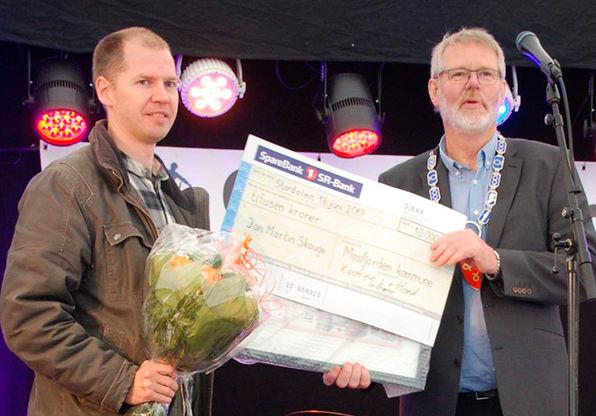 Jon Martin Skauge får overrekt kulturprisen av ordføraren