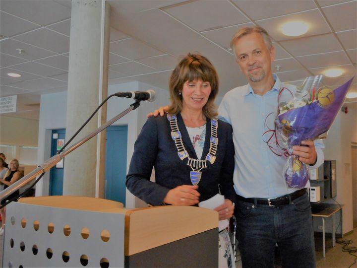 Fylkesordførar Jenny Følling og rektor Anders Bruvoll Foto: Stryn vgs