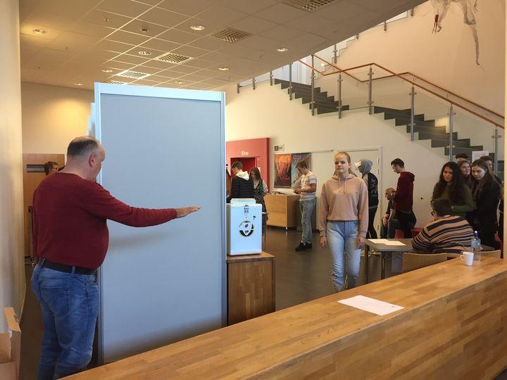 Elevar i kø for å stemme