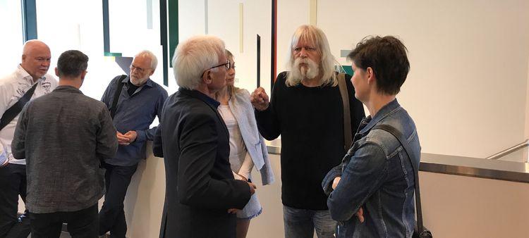 Yngve Hammerlin i samtale med kolleger