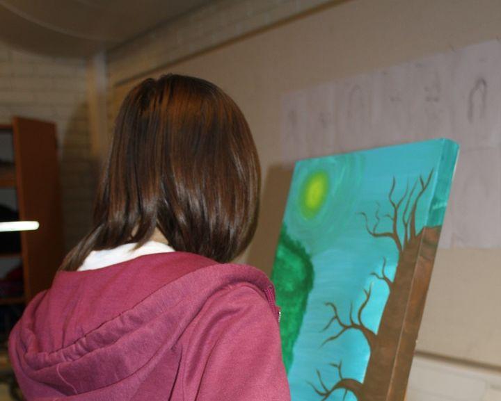 Elev som maler eit tre