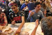 Le groupe de Saef et Ayoub de Blindern IB ont eu un repas comme thème de conversation. Que pensent-ils de l´ananas sur une pizza? La discussion est vive autour de la table.