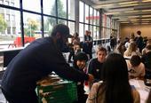 Les étudiants de lycée d´Etterstad servent de bons wraps au poulet et des cookies