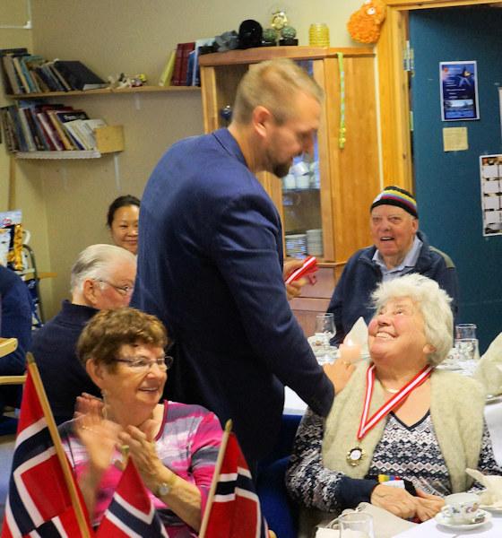 Jan Inge Ebbesvik frå Motitech gratulerer ein glad medaljevinnar.