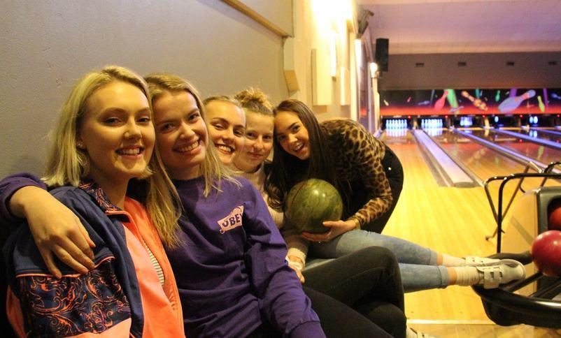 Glade elevar deltek på bowling i Førde.