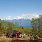 Skihytta med sol, folk og flagg_Bente Rognli