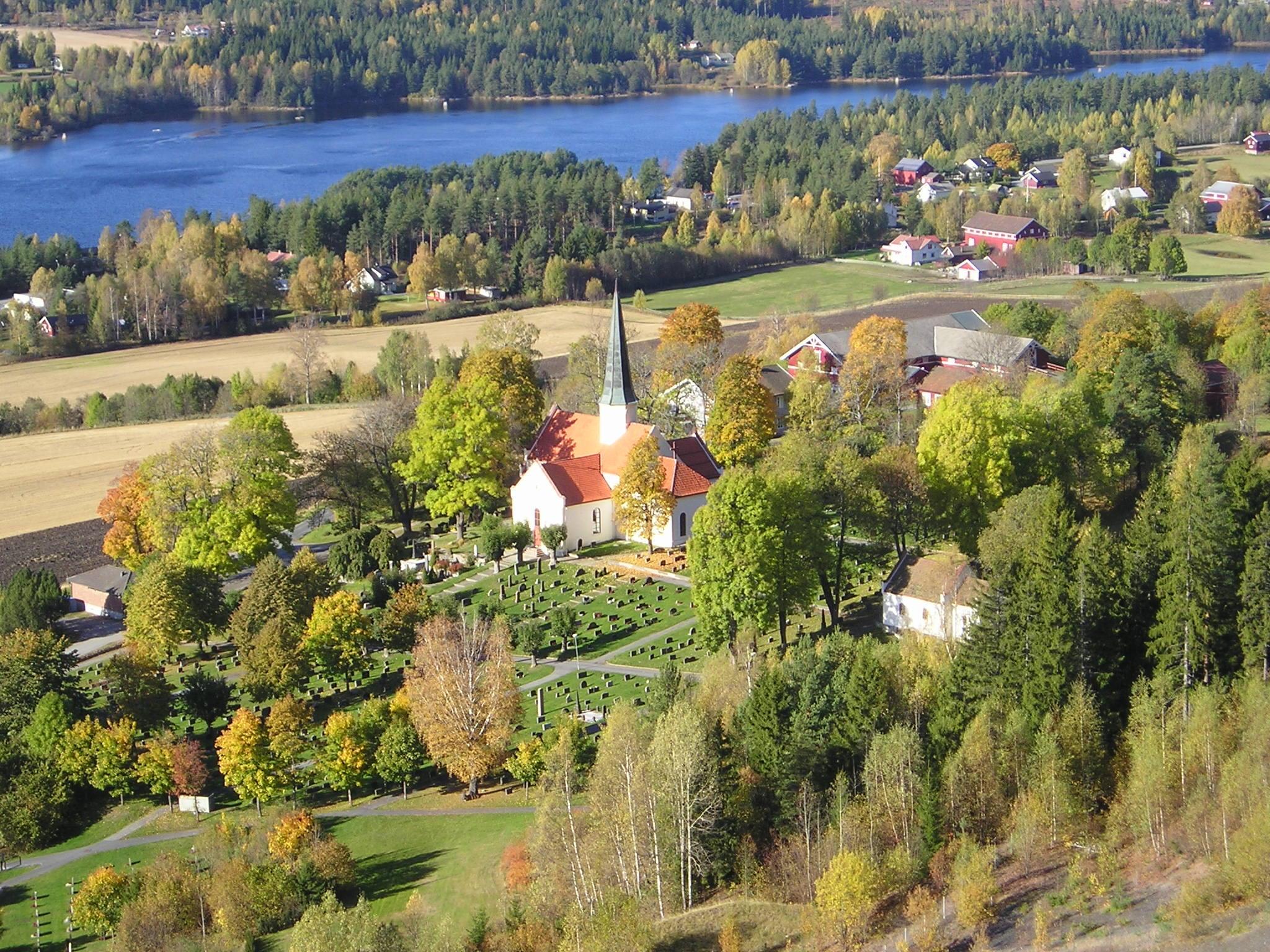Heggen kirke fra 1200-tallet. Klikk på bilde for større versjon
