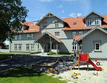Foto: Krisesenteret i Hønefoss, hovedinngang og uteområde