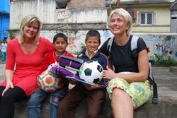 1.Alice Jenssen (til venstre) og Britt Steen hadde med seg gaver til Dalbir og Omis og hele barnehjemmet.