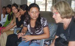 2.Kari Hals lytter intenst til det den unge jenta som forteller sin historie.