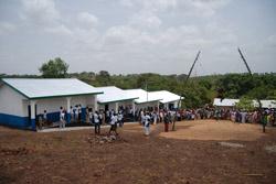 Nyskolen i Maronka med åpningsfest i skolegården