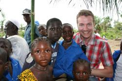 Paul Håvard Østby og barn i Sierra Leone