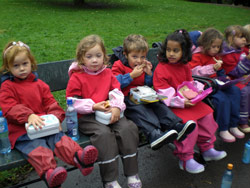 Ellingsrud private barnehage var de første som ankom St. Hanshaugen, iført nye, fine, røde t-skjorter. Etter en busstur på en drøy time, kunne de nyte medbrakt matpakke mens de ventet på at konserten skulle starte.