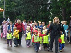 Iført fargerike vester ankom barnehagene i flokk og følge.