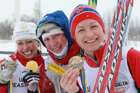 Medaljørene på damenes mellomdistanse på VM ski-o 2011. Fra venstre Alena Trapeznikova, Polina Malchikova og Stine Olsen Kirkevik. Foto Erik Borg - www.o-boka.no