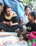 Kavita Ratna (tv) har god kontakt med barn