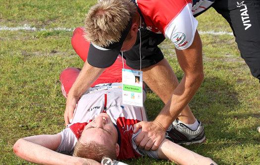 Petter Thoresen gratulerer Olav Lundanes med VM-gull på langdistansen i Trondheim 2010. Foto: Geir Nilsen/OPN.no.