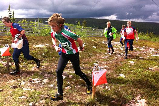 En ung løper har akkurat kvittert på posten i full fart ved hjelp av Emit sitt Touch-Free-system. Foto: Geir Nilsen/OPN.no.