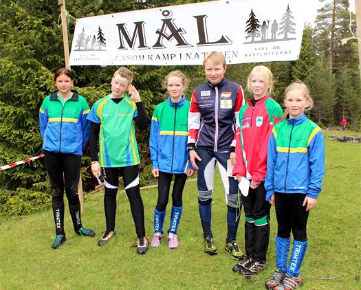 Marianne Andersen ruslet gjennom en løype i Finnemarka Vårløp i vår. Her sammen med unge lokale o-håp. Foto: Hans L. Werp.