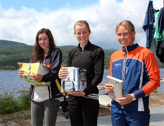 Ingunn Egeberg Vari, Ingjerd Myhre og Monica Berglund var beste løpere i D 19 AL på Samsjøen 1. juli 2012. Foto: Hans L. Werp.