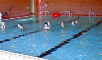 Bilde fra svømmehallen - badende folk